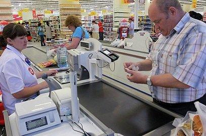 Ужителей российской федерации будет возможность снимать наличные сбанковских карт накассах магазинов